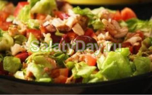 Салат с кукурузой, фасолью и колбасой с сухариками