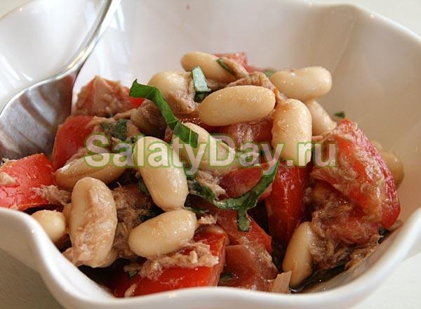 Салат с белой фасолью, сухариками и чесноком