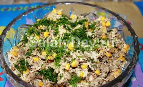 Шпротный салат с фасолью и сухариками
