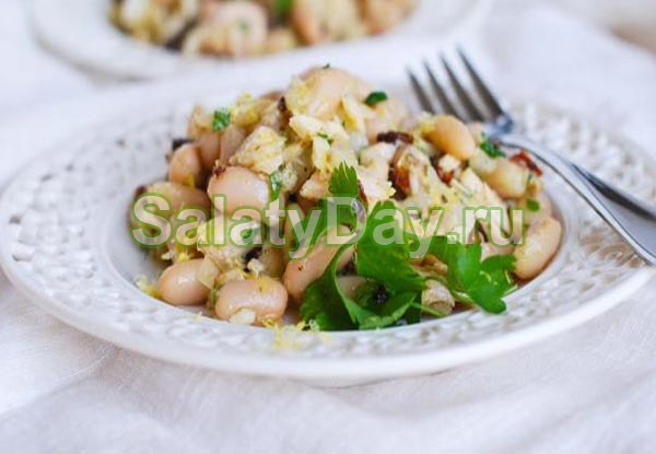 Салат с белой консервированной фасолью, курицей и грибами