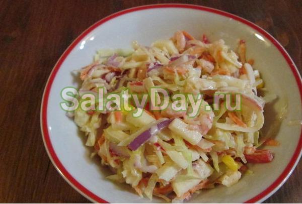 Салат из свежей капусты и моркови и морепродуктами