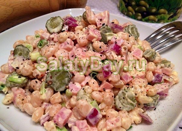 Салат с белой фасолью и ветчиной