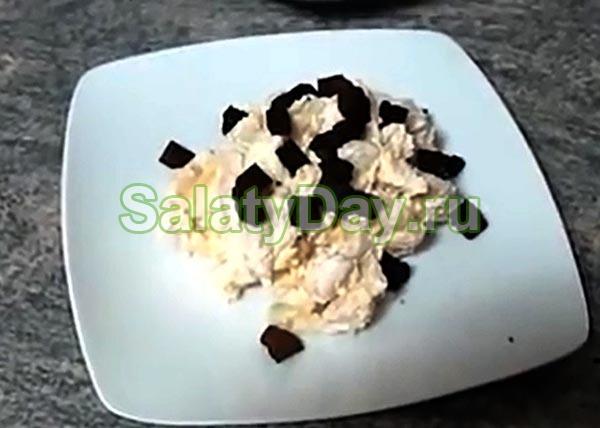 Салат с белой фасолью, сыром и чесноком