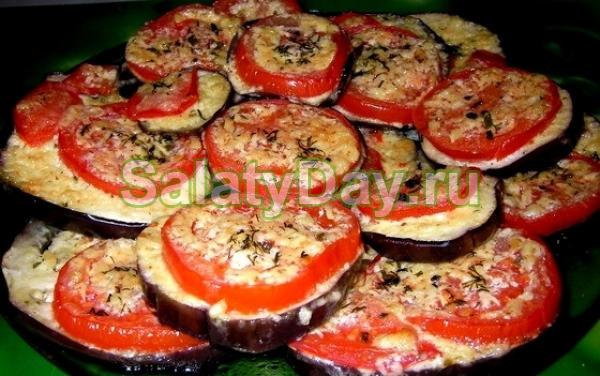 Закуска из баклажанов с помидорами и чесноком, сыром «Фета» и овощным салатом