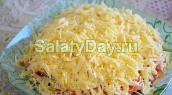 Салат с курицей, грибами, помидорами и сыром