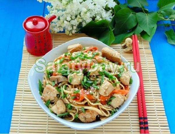 Салат из лапши «Удон» и курицы