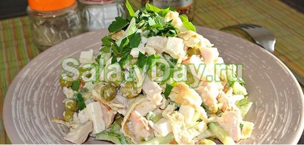 Салат из яичных блинчиков с курицей и зеленым горошком
