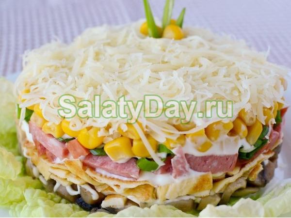 Салат с яичными блинами и шампиньонами