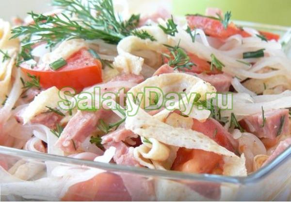 Салат с яичными блинчиками, фунчозой и колбасой