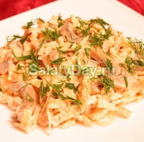 Салат из яичных блинчиков и куриной грудки