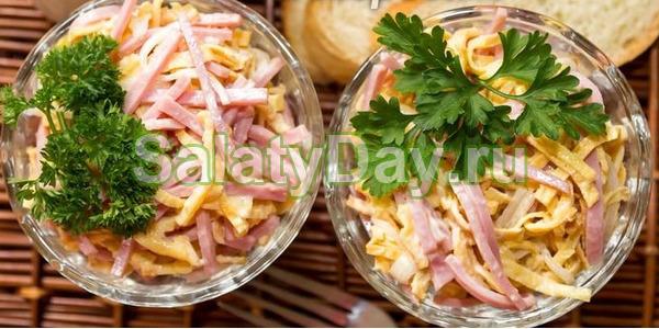 Салат с яичными блинчиками и ветчиной