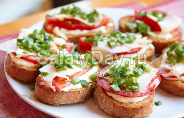 Бутерброд с сыром, помидорами и зеленью
