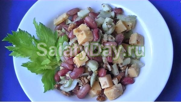 Салат с фасолью, ветчиной и сельдереем