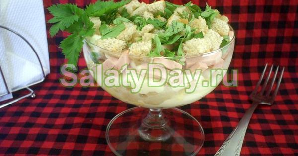 Салат с фасолью, ветчиной и омлетом