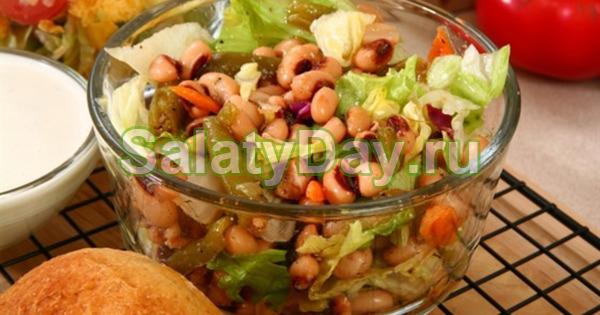 Салат с фасолью, ветчиной и листьями салата