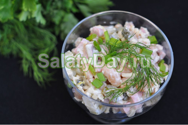 Салат с фасолью, серебристой ветчиной и мятой