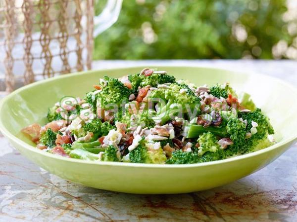 Салат со спаржевой фасолью, ветчиной и брокколи