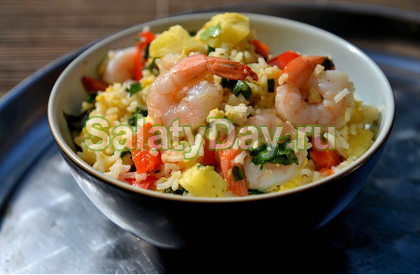 Салат с креветками, рисом и ананасом