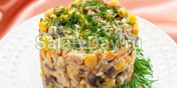 Салат с курицей и шампиньонами с кукурузой