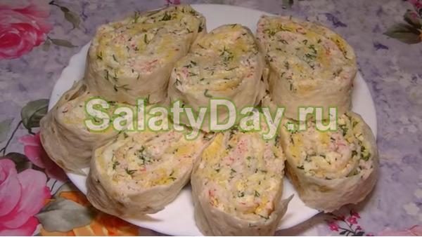 Закуска из лаваша с крабовыми палочками и двумя видами сыра