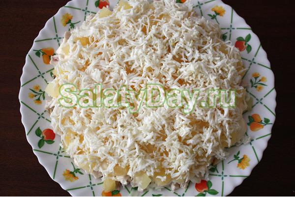 Вкусный салат с грибами и ананасами