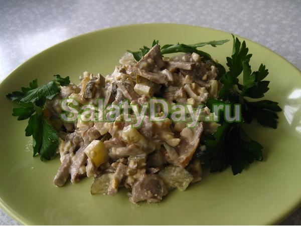 Салат с печенью и солеными огурчиками