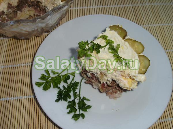 Салат с куриной печенью и огурчиками слоеный