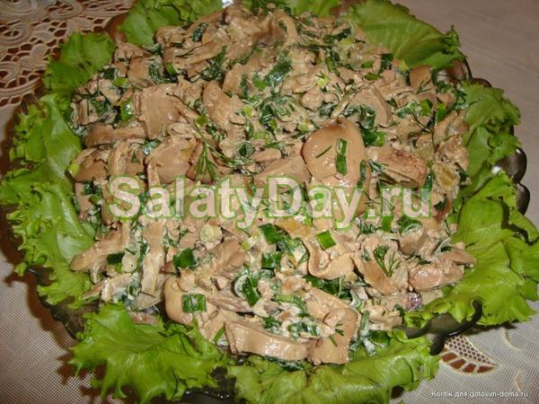 Печеночный салат с сыром, консервированными шампиньонами и солеными огурчиками