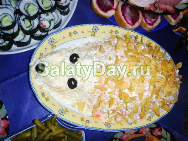 Салат «Ежик» с кукурузой и чипсами