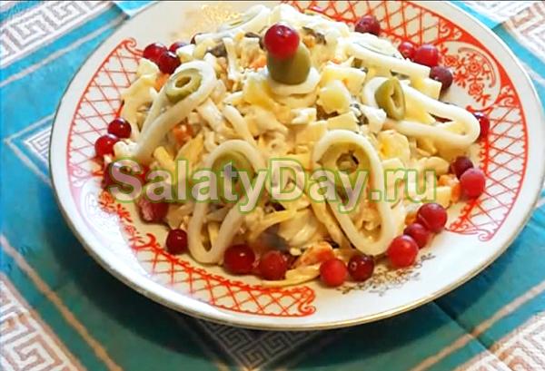 Овощной салат с кальмарами и грибами