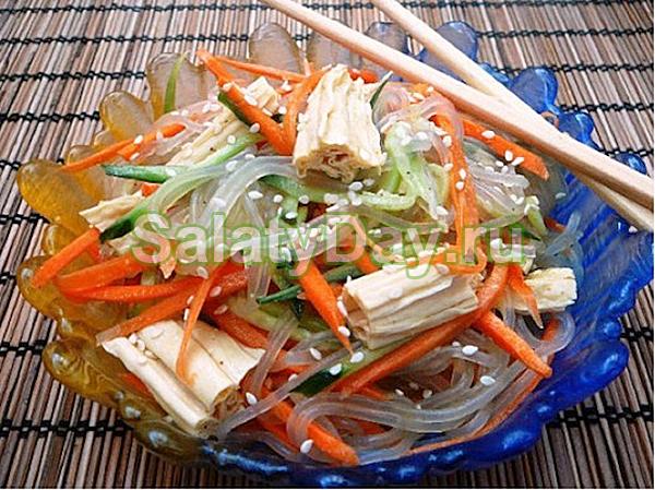 Салат из фунчозы со спаржей