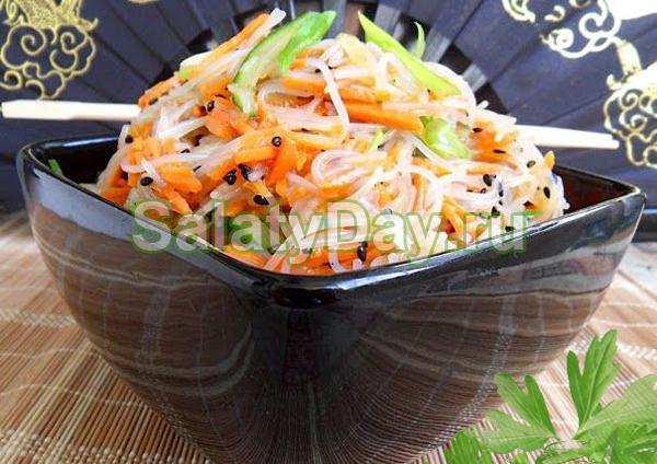 Салат из фунчозы с кальмарами и белыми грибами