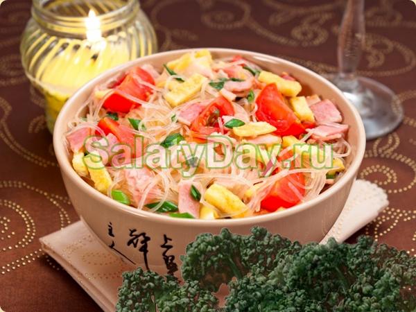 Салат из фунчозы с ветчиной и овощами