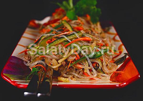 Салат из фунчозы с говядиной