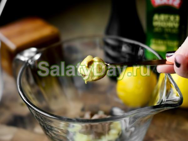 Заправка для салата «Цезарь» с базиликом и горчицей