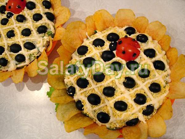 Салат «Подсолнух» с курицей, грибами и кукурузой