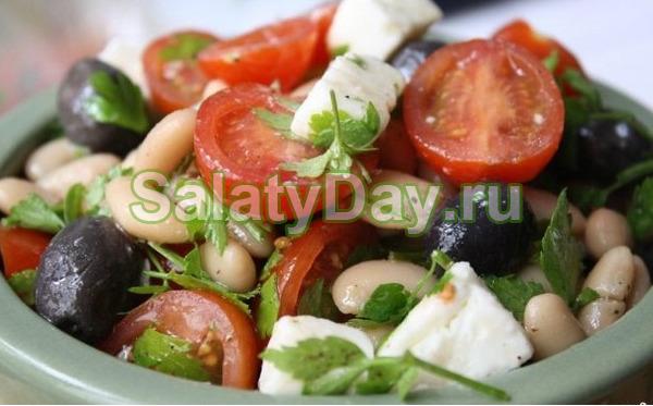 Греческий салат с фасолью и сыром фетакса