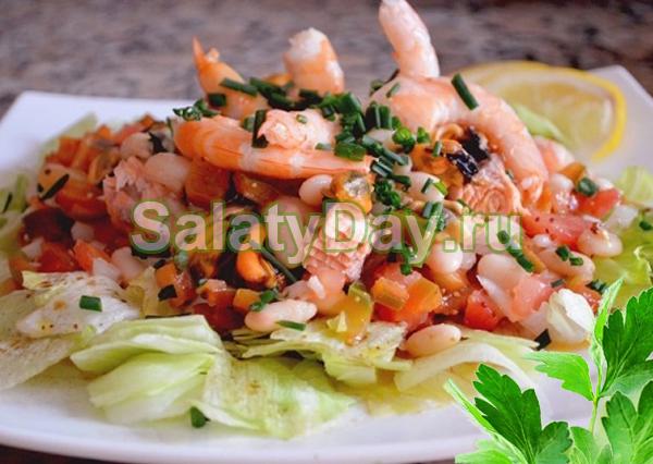 Салат с морским коктейлем и белой фасолью