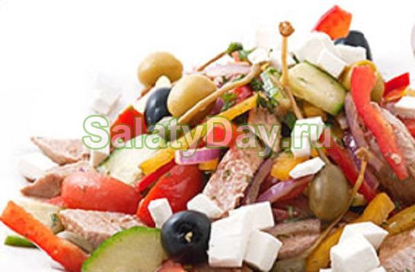 Салат по-гречески с фетаксой, тунцом и фасолью