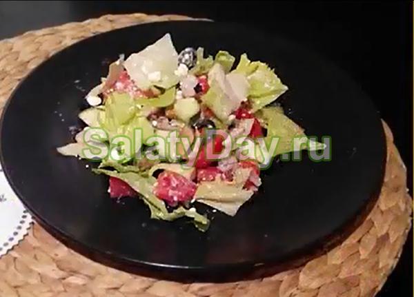 Салат с морским коктейлем и оливками