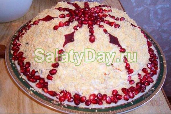 Слоеный салат с грецкими орехами и зрелым гранатом
