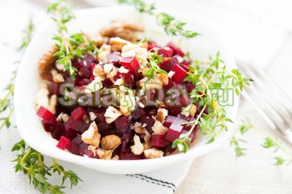 Постный салат с гранатом и грецкими орехами