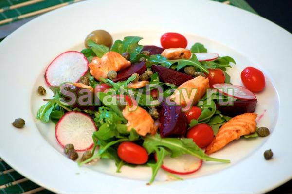 Салат с лососем, свеклой и редисом