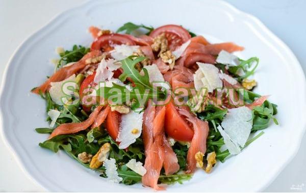 Салат с копченой рыбой и рукколой