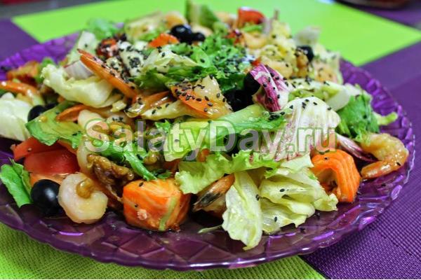 Теплый салат с креветками и семгой