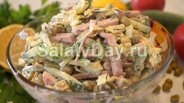 Салат с жареной картошкой соломкой и зеленым горошком