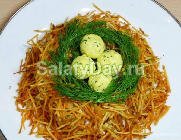 Салат с жареной картошкой соломкой и кукурузой