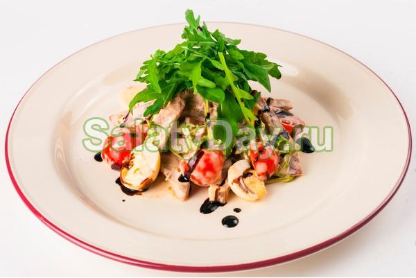 Салат с жареной картошкой соломкой и семгой