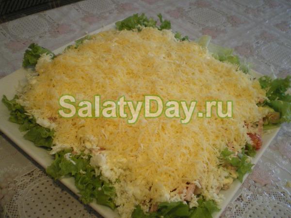 Салат с жареной картошкой соломкой и сыром