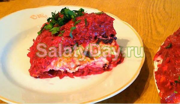 Слоеный «монгольский» салат с куриной грудкой